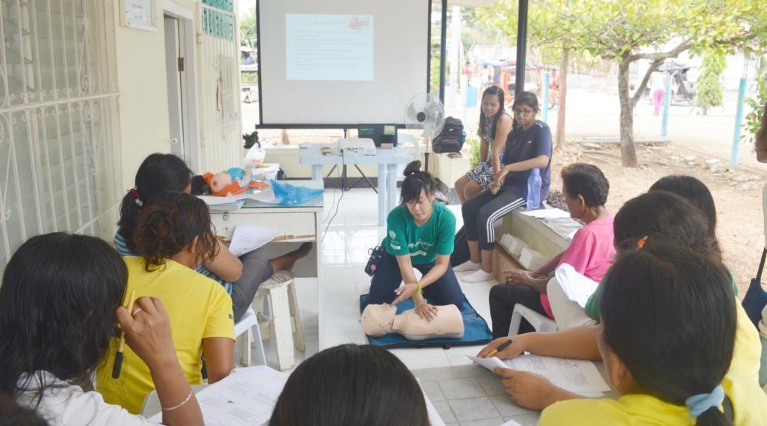 フィリピンで応急処置の指導にあたる公衆衛生インターン